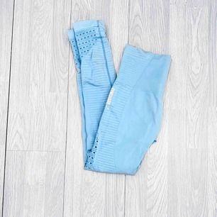 """Gymshark energy + seamless leggings storlek S i nyskick förutom en svag fläck nere vid foten, syns ej. I färgen """"sky blue""""  Möts upp i Stockholm eller fraktar.  Frakt kostar 59kr extra, postar med videobevis/bildbevis."""