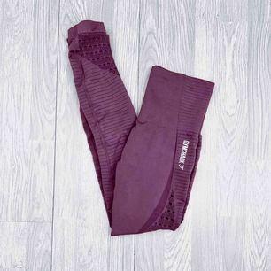 """Gymshark energy + seamless leggings storlek S i nyskick. I färgen """"purple wash"""" Har matchande topp till salu.  Möts upp i Stockholm eller fraktar.  Frakt kostar 59kr extra, postar med videobevis/bildbevis. Jag garanterar en snabb pålitlig affär!✨"""