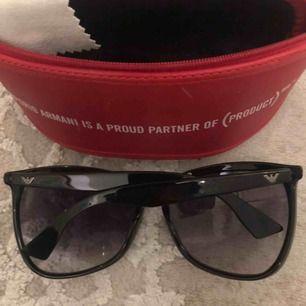 Svarta solglasögon från märket Armani