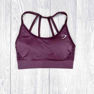 """Gymshark energy + seamless topp storlek S i nyskick. I färgen """"purple wash"""" Har matchande leggings till salu.  Möts upp i Stockholm eller fraktar.  Frakt kostar 42kr extra, postar med videobevis/bildbevis. Jag garanterar en snabb pålitlig affär!✨"""