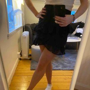 Super gullig kjol med små svarta prickar
