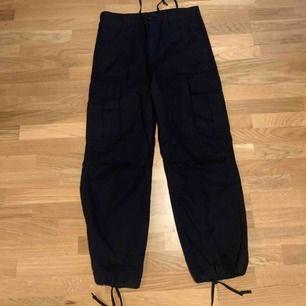 Cargo pants från Urban Outfitters, storlek 52x52 men men kan dra år hur tight man vill ha dom!