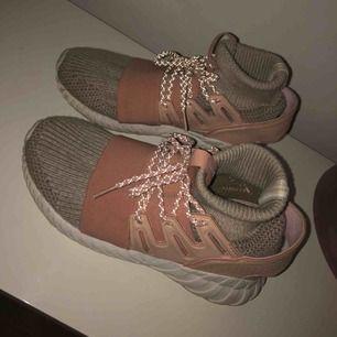 Jätte balla adidas skor (även sjukt sköna) i strl 39-40. Köpta för ca 2 månader sen, använda 1 gång sedan dess. 190kr + frakt ♥️