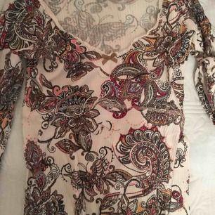Odd Molly tröja som är mönstrad. Den är långärmad och är urringad. Knappt använd!