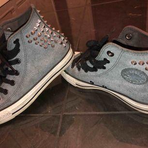 Ett par grå svarta höga Converse med silver nitar bakre delen av skorna, köpta för snart tre år sen men använda bara två gånger. Jättefina, unika och i bra skick!
