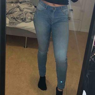 Ljusblåa Jeans. Använda ett fåtal gånger.  Perfekt skick. Storlek M