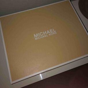 Helt nya Michael kors boots, köpta för en månad sen endast testade (för små för mig) Säljes för 900kr + frakt (pris kan ev. Diskuteras) 🌙