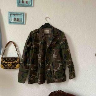 Army-jacka som bara hängt i garderoben i hundra år, använd kanske en gång! Frakt: 80kr