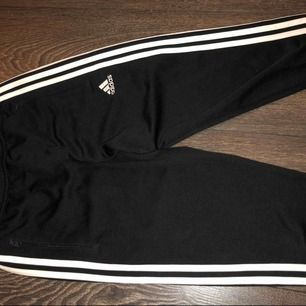 Ett par tränings mjukis från Adidas som är sköna att träna i. Köpta för 3 år sen men använda bara ett par gånger, de är i bra skick!