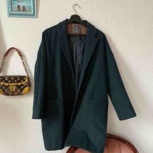 Fin grön jacka som blivit sparsamt använd. Har använt den under flera års tid då jag pendlat mellan xs/s/m och har passat mig bra! Frakt: 100kr