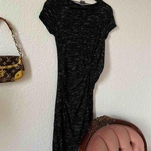 Ball klänning från Gina, använd en gång! Slutar mellan knäna och vaderna på mig (ca 165cm) Frakt: 50kr
