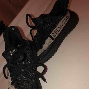 Ett par fake Adidas Yeezys som köptes för 2 år sen men är endast använda en gång alltså är de i ett jätte bra skick!
