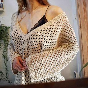 """Säljer denna jättefina """"stickade"""" oversized tröjan från Ann Taylor. Aldrig använd. Spårbar frakt på 60kr tillkommer eftersom den väger så mycket! Skickar gärna fler bilder!"""
