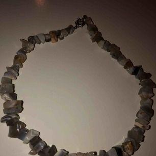 Ett jätte vackert halsband från Grekland med fina stenar köpt ett år sedan men aldrig använt!