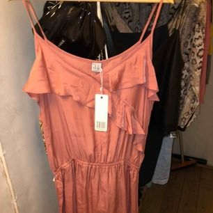 Super härlig klänning ifrån Saint Tropez, köpt i Malmö för ca 1 vecka sen. Säljer pågrund av att den inte kommer till någon användning. Storleken är L men passar även mig som har M. Ny pris 499kr säljer för 100kr + frakt 💓