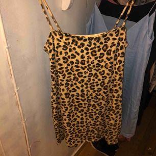 Jätte fin leopard - linneklänning ifrån H&M. Sitter jätte fint och formar jätte fint. Använd ca 3 ggr som Max. Passar mig som har S-M i strl. 30kr + frakt 🌙
