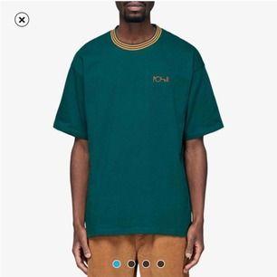 """Polar tshirt men använder den som klänning. Tröjan är en XL """"man"""" storlek, jag är 160 och bär vanligt vis en S och den sitter löat och längden e perfekt som en klänning."""