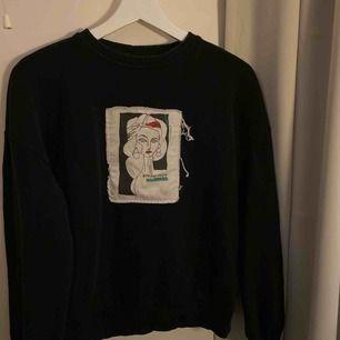 En sweatshirt ifrån NA-KD! Använd lagomt mycket!☺️