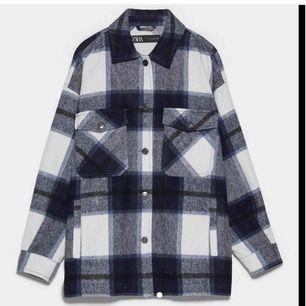 Säljer min rutiga jacka från Zara som jag endast använt fåtal gånger, då den inte kommer till användning.  Jag skulle säga att det vita på jackan är lite mer offwhite än vanlig vit.