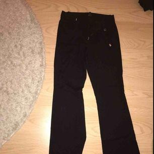 Bootcut kostymbyxor från Lindex. Fint skick. De är svarta och har ett knäppe som ser ut som ett skärp! Slutsålda i butik. Skriv för fler bilder