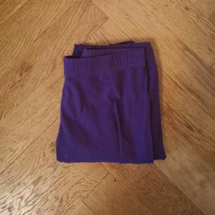Lila leggings i storlek S. Frakten ligger på 44 kr.