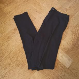 Svarta leggings i storlek M. Aldrig använda, endast provade. Frakten ligger på 44 kr.
