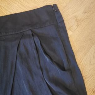 Svarta lösa byxor i storlek 38. Frakten ligger på 44 kr.