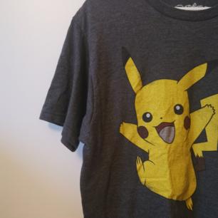 T-shirt med Pikachutryck. Storlek: M Frakten ligger på 44 kr.