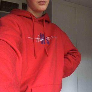 Säljer denna snygga röda hoodie som är använd en gång. Storlek S