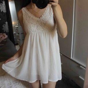 Oanvänd spetsklänning i kort modell, köpt för 500. Fraktkostnad tillkommer