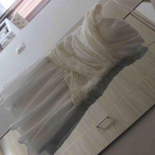 Ny axelbandslös klänning med spets framtill, väldigt fin och har då lappen kvar. Dock för stor för mig upptill, skulle säga att klänningen är xs men upptill B eller mer. Fraktkostnad tillkommer