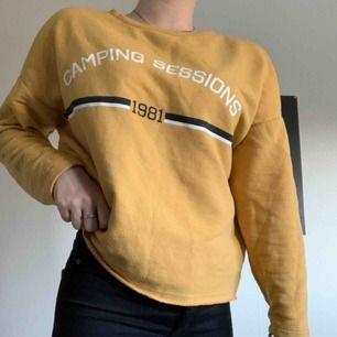 En enkel och stilren college tröja med en härlig gul färg! Knappt använd, köparen står för frakten!