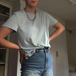 Säljer denna nästan oanvända blåa t-shirten i storlek M från bikbok :))