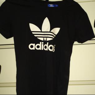 Svart adidas t-shirt i storlek 34. Nypris 250 kr, den är endast använd fåtal gånger.