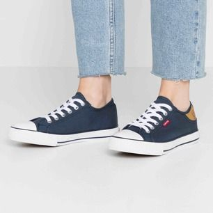 Säljer ett par marinblå Levi's skor som är i fint skick! Köpta för 399kr, mitt pris 100kr. Köparen står för frakten🦋☺️