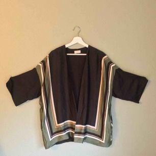 Sparsamt använd kimono från weekday.  100% polyester