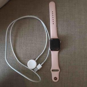 Säljer en äkta Apple Watch, dessvärre saknas det ett kvitto men den är köpt i en macforum butik! Klockan är i serie 4 och aldrig använd dock yppade jag den och den har en sprucken skärm annars är den som ny och den fungerar utmärkt!