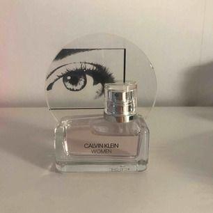 Calvin Klein parfym helt ny, säljer då den inte kommer till användning. Väldigt fräsch doft! (Nypris 800kr)