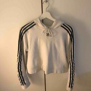 Snygg lite croppad adidas hoodie, köpt från Zalando. I mycket god skick. (Köpare står för frakt)