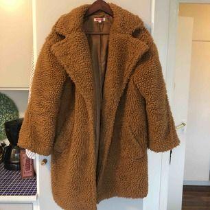 Teddycoat från indiska! Köpt förra året och i bra skick men kommer inte till användning!  Kan mötas upp i Stockholmsområdet annars tillkommer frakt