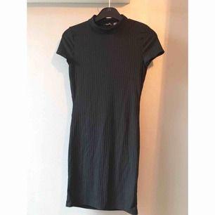Svart klänning i fint och sparsamt skick. (Bild nr2 är bara för att visa hur klänningen sitter på) Fraktkostnad tillkommer.