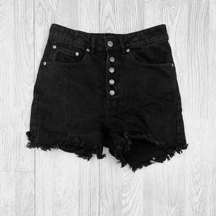 Svarta högmidjade jeansshorts från Bik bok storlek S i bra skick.  Möts upp i Stockholm eller fraktar.  Frakt kostar 59kr extra, postar med videobevis/bildbevis. Jag garanterar en snabb pålitlig affär!✨