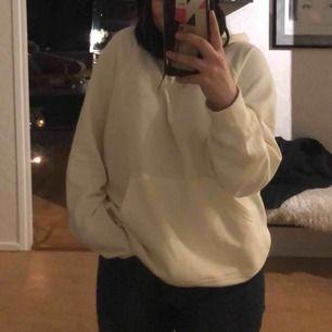 Vit hoodie från carlings köpts för 450kr i sommras, använd inte mer än en handfull gånger.