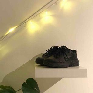 Säljer mina Nike Monarch IV då dom aldrig kommer till användning! Har endast använt dom 3 gånger så dom är i ett väldigt fint skick! Nypris: 550kr  (Köparen står för frakten)