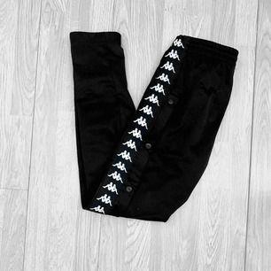 Svarta popperpants från kappa storlek XS i fint skick förutom att de är noppriga vid en av fickorna.  Möts upp i Stockholm eller fraktar.  Frakt kostar 59kr extra, postar med videobevis/bildbevis. Jag garanterar en snabb pålitlig affär!✨