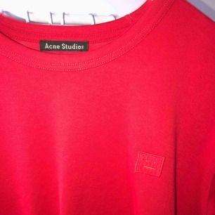 Säljer min Acne studios Nash face T-shirt i färgen cardinal red, använd 1 gång! Köpt på Acne archives i stockholm (Helt slutsåld färg) Nypris 1000kr mitt pris 600kr