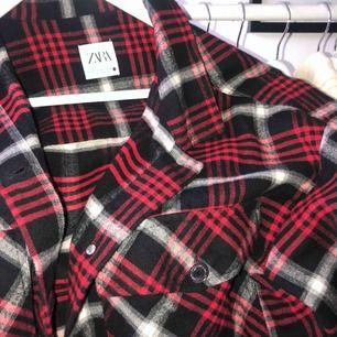 Röd overshirt från zara i strl M (slutsåld) fint skick, nypris 399kr