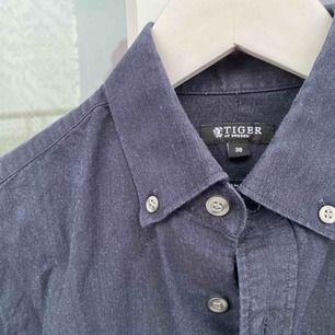 Tiger of Sweden Jeans Skjorta! (Male) Slimfit.  Köpt för 1 år sedan, knappt använd. Nypris 1000