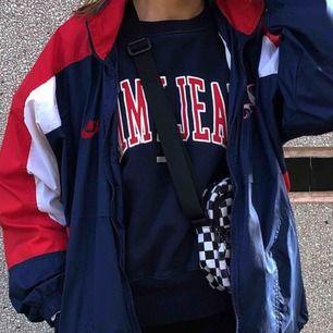 Mörkblå collegetröja från Tommy Jeans. I storlek M, skitsnygg oversized! Halvkassa bilder, bättre kan fås på efterfrågan. köparen står för frakten! 350 kr.