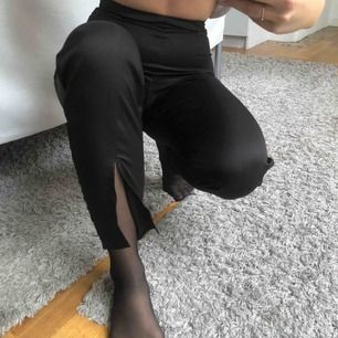 Svarta kostymbyxor med en split på framsida ben. Skitsnygga men lite för stora för mig så därför säljer jag. Använda en gång så de är fortfarande i superfint skick!